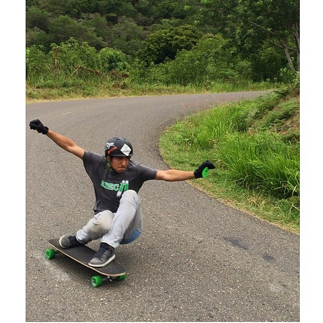 @robertocobain from Puerto Rico showing you how yo #keepitholesom in the Dominican Republic #staysteez #delpatiolongboarding