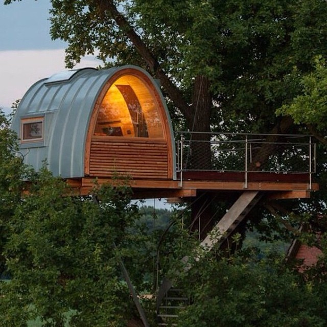 We post the inside of this gorgeous mini tree house a week ago. The outside is very cool too. #architecture #design #interior #treehouse #baumraum #naptime #missingarumpl
