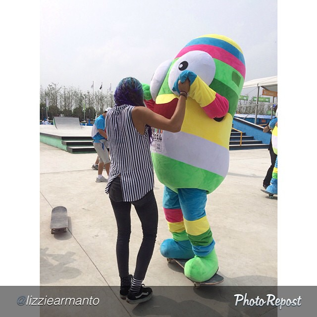@lizziearmanto can teach anyone or anything how to skate. #YouthOlympicGames #yog #nanjing2014