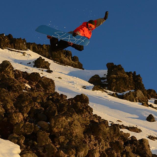 Gold sessions en @cerro_chapelco last year pic by @julianlausi debe ser mi unos de mis trucos prefes. @nikesnowboarding @slashsnow #allyoucanride #sanmatindelosandes #patagonia #argentina #snowboarding