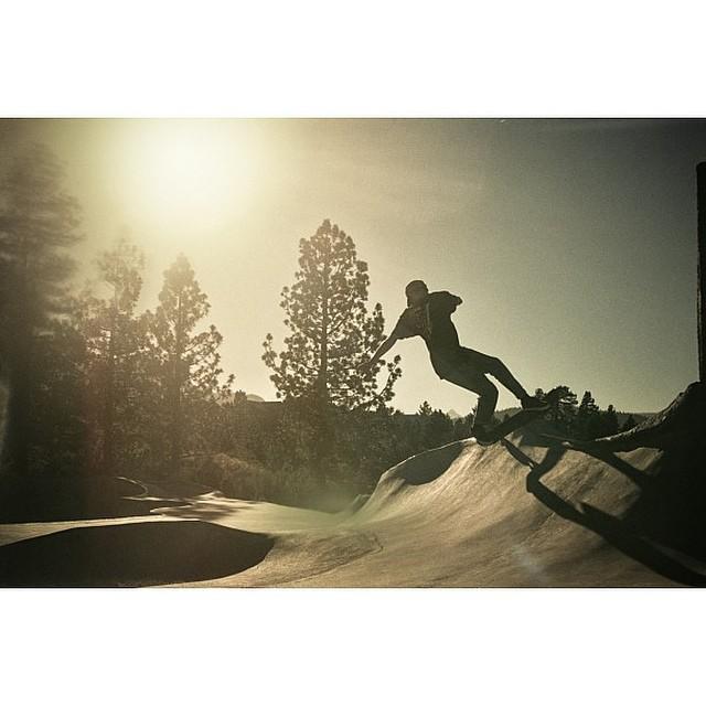 Una de @manu_dominguez en California. Cambió (por un rato) el snow por el skate. Ph. @grego_campi