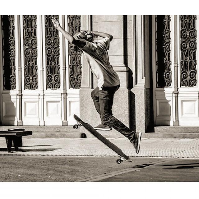 Les dejamos esta hermosa foto de #teamkysygni @fabiomartinez95 en su #mrcaiman con las freestaleras ruedas #floating en una de sus tantas sesiones de #longboardfreestyle Ya viste nuestra línea de tablas? Ahora desde el #cruising al #downhill con los...