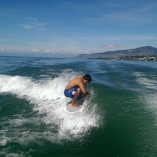 Henry Espinoza, far from Lobitos, looking for a little shade behind a boat in Switzerland... #R4tC14 @henrylobitos