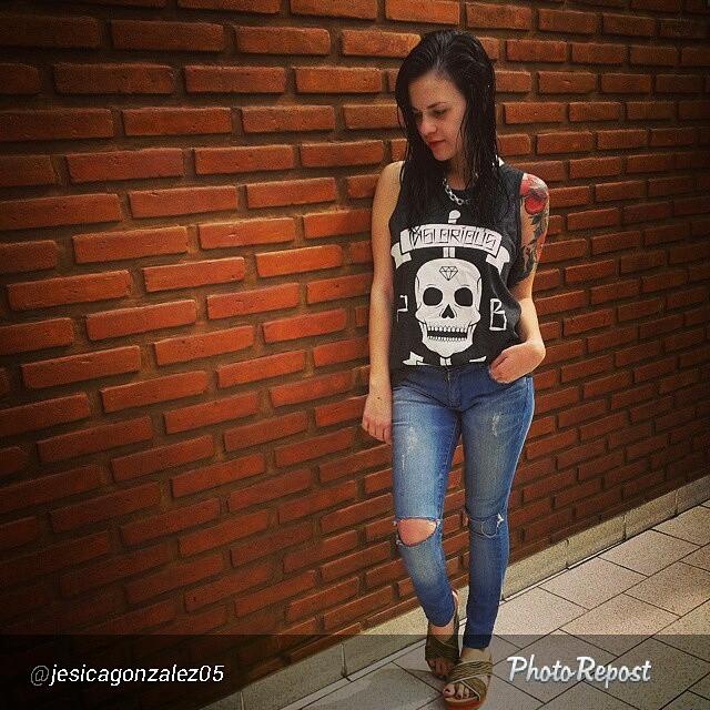 Una de @jesicagonzalez05 con su musculosa tarantino! Muy linda.  #perrabastarda #girlwithtatoos #tshirt #tarantino #skull