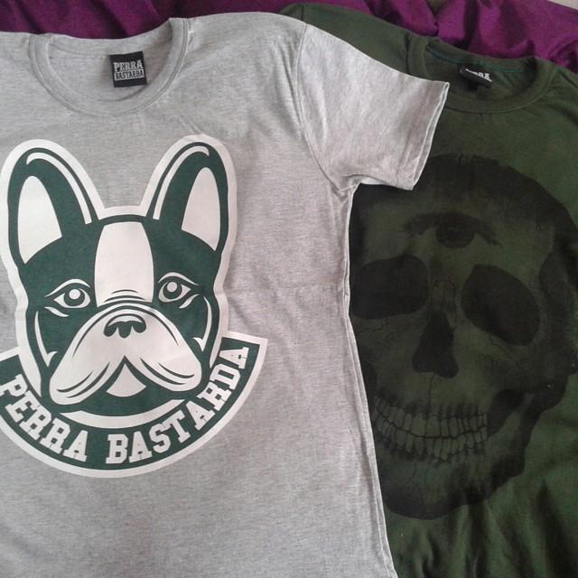Cual me pongo?  #green #perrabastarda #frenchy #frenchbulldog #bulldogfrances #skull #gray #tshirt #tshirts