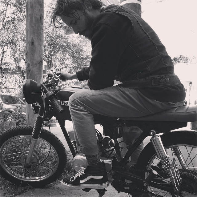 @manu_dominguez pasó a visitarnos por la oficina con su nueva moto! Y con sus flamantes #sk8hi obvio.