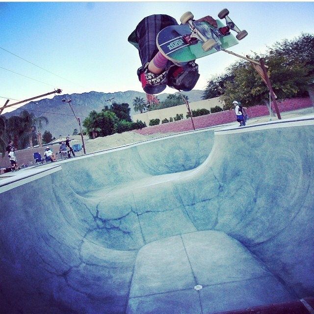 RegrAm @rylanmancilla blasting a backside air at the yard. #grom #skateboarding #bowlrider #backyardparadise #rylanmancilla wears the #s1 #kid #helmet