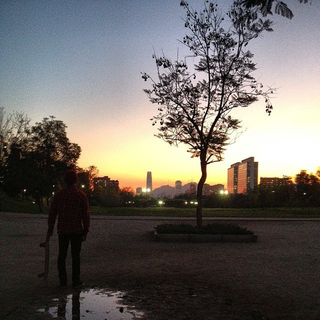 @tomimateri contemplando el atardecer de Santiago un jueves cualquiera en la ciudad. #chile
