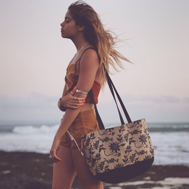 The Burlap Purse w/ Mimi Elashiry @mimielashiry  Lined with repurposed rice sacks, making it perfect for beach days and market strolls✌  #indogoods #indobags #repurposed #purse #bags #thisisbali #balifornia