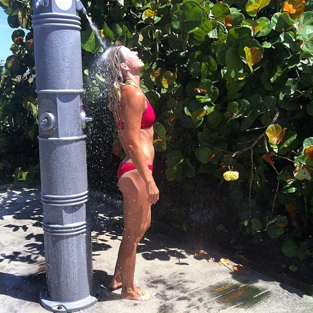 Nothing like the feeling of an outdoor shower! Harmony Dawn @urbanoceansup rocking MI OLA #miola #miolainthewild #muse