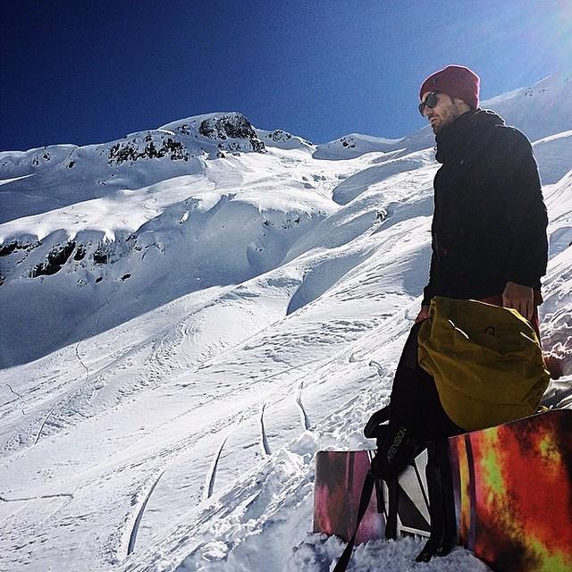 Tomi Materi atravesando su #intoxicacionEspiritual #Capelco @tomimateri PH: @lucascardell #Volcom #Snowboard