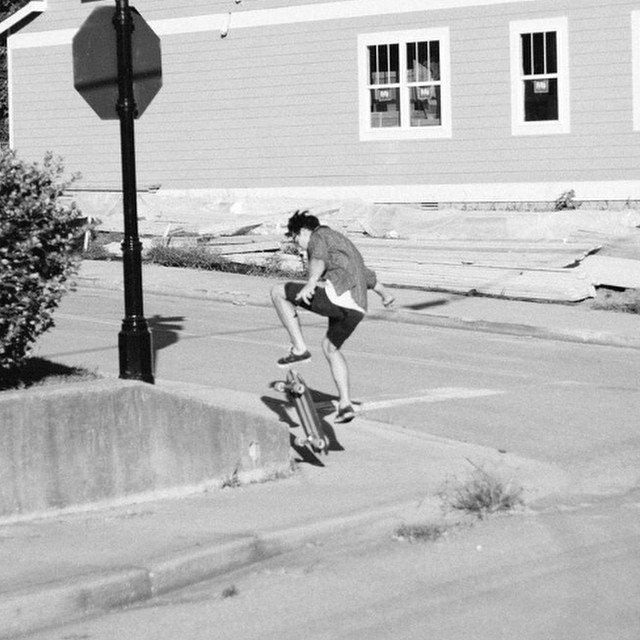 @juliandente getting gnarly on an oak cruiser. #nashville #handmadeskateboard #skatetheedges