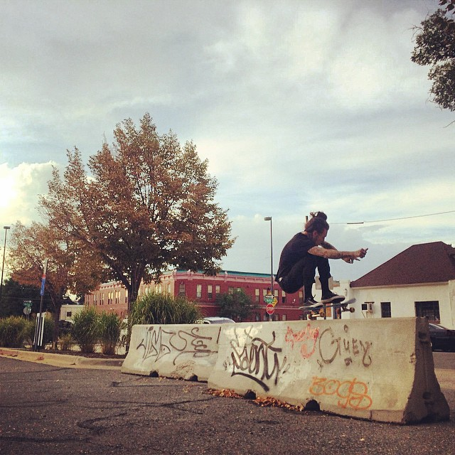 Naughty Nomad @cjlinde666 pops up on the grid in Denver with this wallie banger on a graffiti riddled barrier.