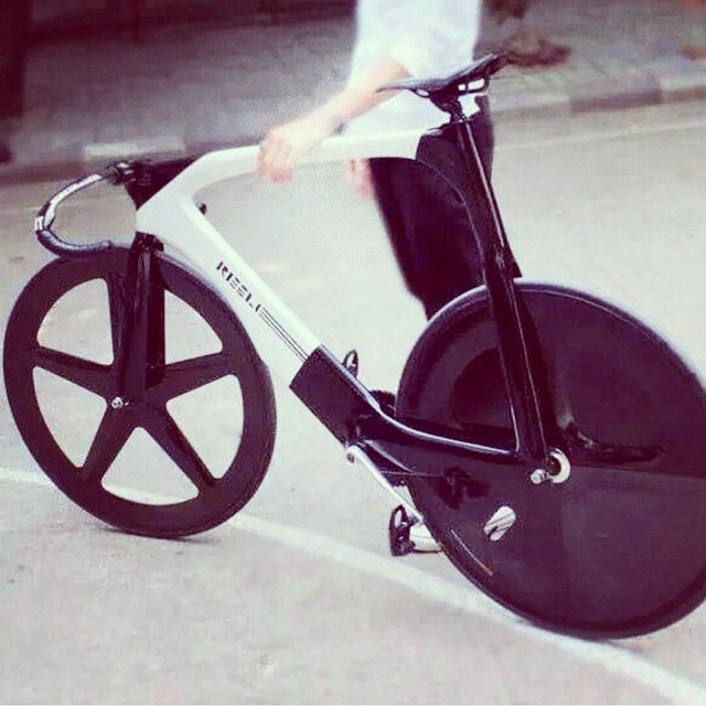 Would love to take this for a spin! #futuristic #awesome #fixed #fixedgear #captainkirksbike