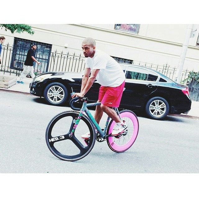 Today's dopeness is provided by @johnxblair! #fixie #morningfix #fyxation #rider #pink #black #colorcombo #singlespeed