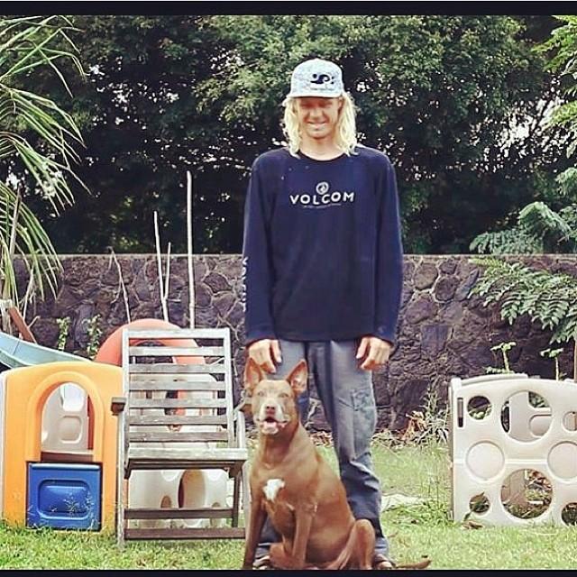 Gran foto de @juanbacagianis a @gavinbeschen808 y su perro #Hawaii #volcom surf
