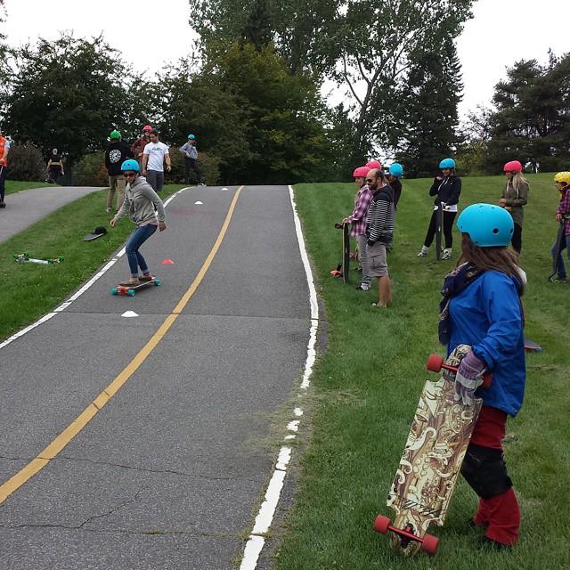 On s'amuse avec les filles qui sont venues apprendre a skater. #RestlessBoards #chicksonwheels #oakleyactive