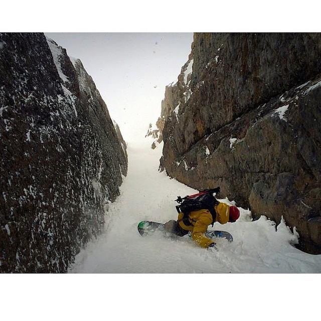 Tremenda imagen de Tomi Materi @tomimateri en Chile #splitboard #Chile PH: @niconicofuentes #TrueToThis #Volcom #snow