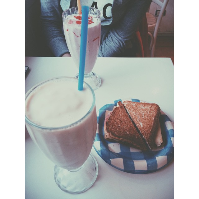 En @cakeandcoffeebar w/ @vaninadsn #smoothie #sandwich  #strawberry #icecream #peach #cheese #friends #bar #buenosaires #apple #iphone