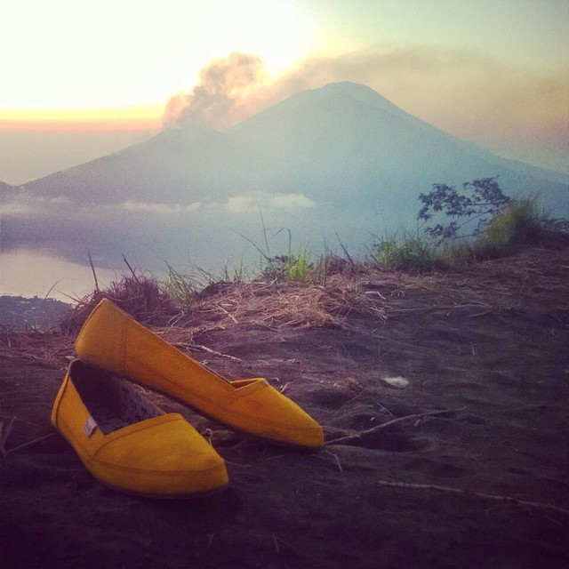 Sunrise Sunday - Bali intern @vdavis_ enjoying the volcano vibez on top of Gunung Batur this weekend #sunrisesunday #marigoldkelapa #shoe #GunungBatur #weekendvibes #soleswithsoul