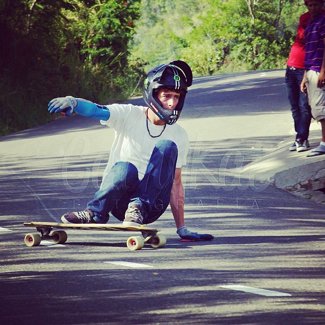 @jeremydils from @delpatiolongboarding drifting corners and looking fly for @cathykat09's camera racing #LaLomotaDH // #staysteez #keepitholesom #delpatiolongboarding
