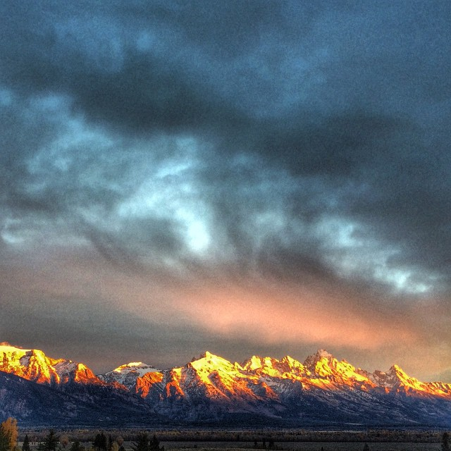 Did anyone else catch the #sunrise this morning in #jacksonhole?? #jhdreaming @jacksonhole