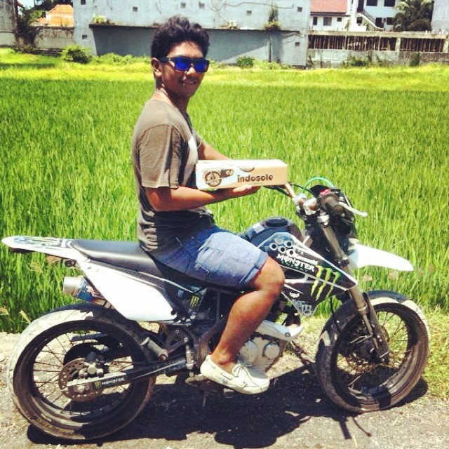 Motorbike Monday - Young Canggu in the house // You can find @sodoxxss down at Batu Bolong most days or anywhere the waves are pumping on the west side // pictured here in the Stone Prahu shoe @canggusurfcommunity  #goodhumancrew #youngcanggu...
