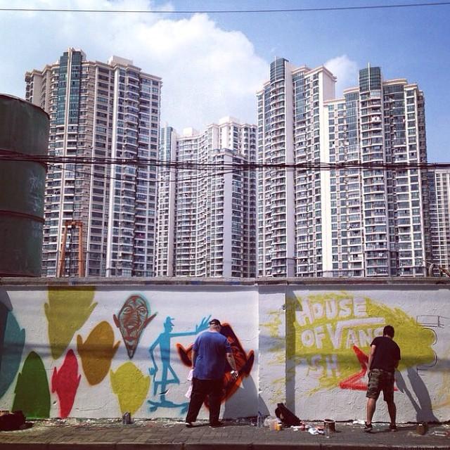 @movezine & Panda trabajando en unos murales para la House Of Vans Asia #arte #artevans
