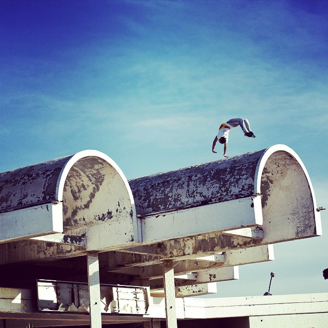Up on the roof... there's a #freerunner. He's racing a drifter in the #failakashowdown. #parkour