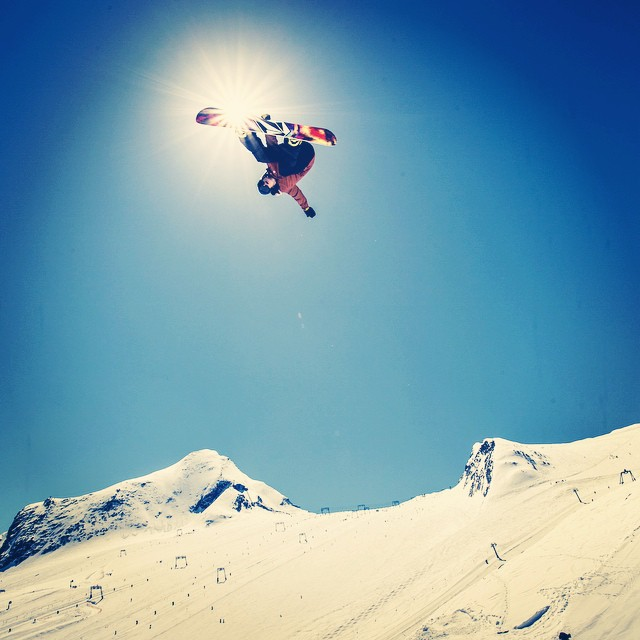 Son, rise. It's #HippieJump time for @arthur_longo. #snowboard
