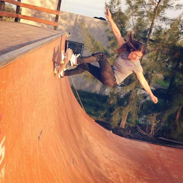 @agustinacerruti de a poquito acercándose al coping del #vertical  #soul #skate #justpassingthrough #reefargentina