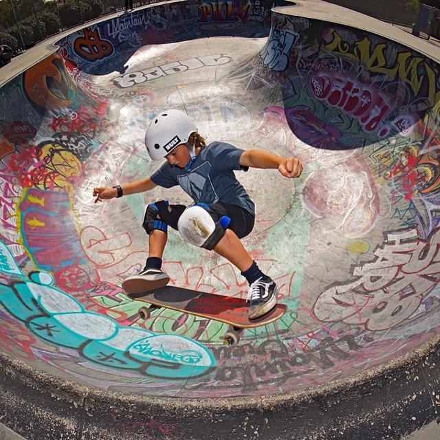 @nickyleesk8 channeling his inner @greyson_fletcher #nograb PC: @jagrivera #bult #BULTteam #bulthelmets #bowlskater #instagood #shredding #stackingclips #helmet #ridethelightening ⚡️⚡️⚡️