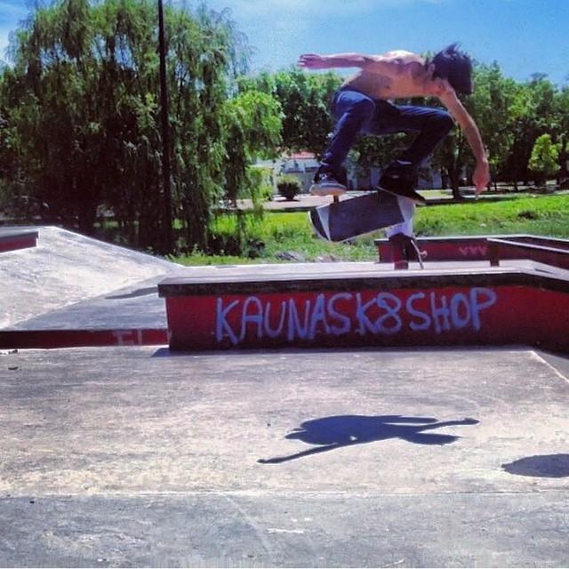 Buenos Aires 38* grados. Bs flip por Santi Rezza @santirezza #skate #Volcom #truetothis
