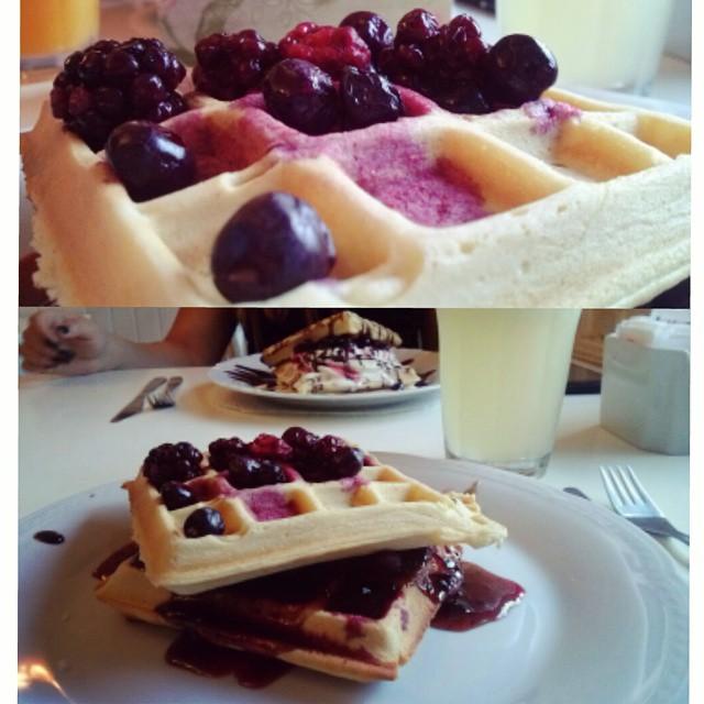 Merienda ♥ #inlove #instamoment #blackberries  #waffles #lemonade  #friends #bbf