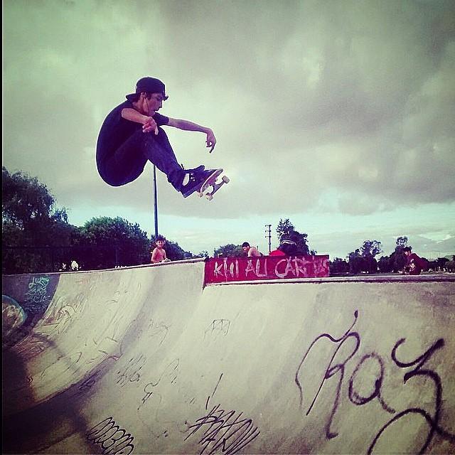 Eleva tu cuerpo, tu tabla y tu conciencia.. Santi Rezza @santirezza Fs Ollie. Buen sábado familia! #truetothis #volcom #Skate