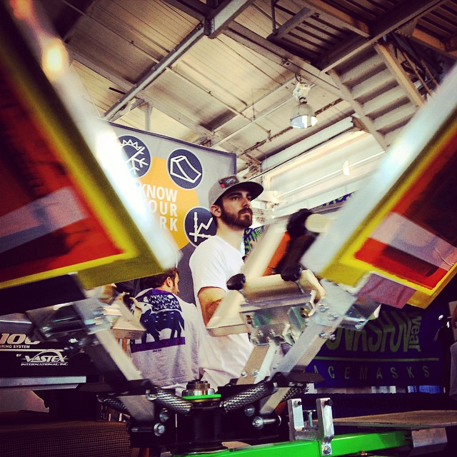 Colin of @lnprinting is spinning the screen print press here at the @hi5sfoundation @snowbomb booth.  Print a custom shirt and support winter sports athletes recovering from traumatic injuries // #knowyourpark #plantyoursoul