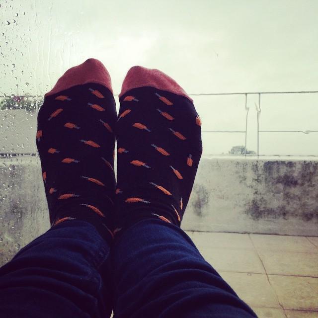 Sigue la lluvia y el fresquito. Ponele onda a este día con tus Suarez (y llevate unas de repuesto x si te agarra el agua!) #loveyourfeet #socks #rainyday