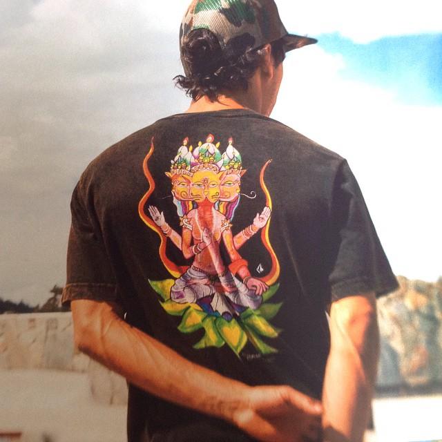 Jamie Lynn Tee: talentoso snowboarder oriundo de Washington. Su creatividad llega y trasciende nuestra #FeaturedArtistSerie conoce esta y otras remeras de la serie #FA en #VolcomStores #Volcom @jamiemlynn #Volcom