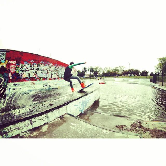 Los chicos de #acidwinchcrew la rompieron esta semana y salieron hasta en la pagina de slingshot wake. Aca una plaquita de @ezemarando haciendo un bores a 360 en el skatepark de mataderos. #wow #acid #respect