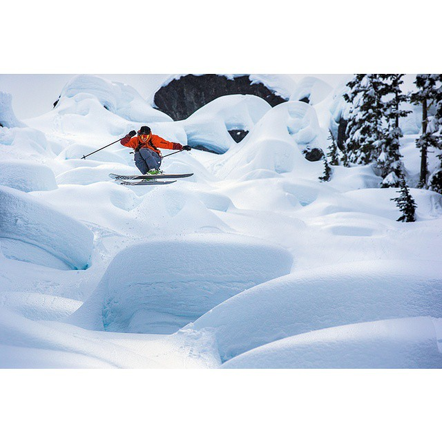 @eric_hjorleifson shifts it out in classic form.  For the full #Hoji profile, check @theskijournal 's newest issue.  Photo: @robinoneill #shapingskiing #riderowned