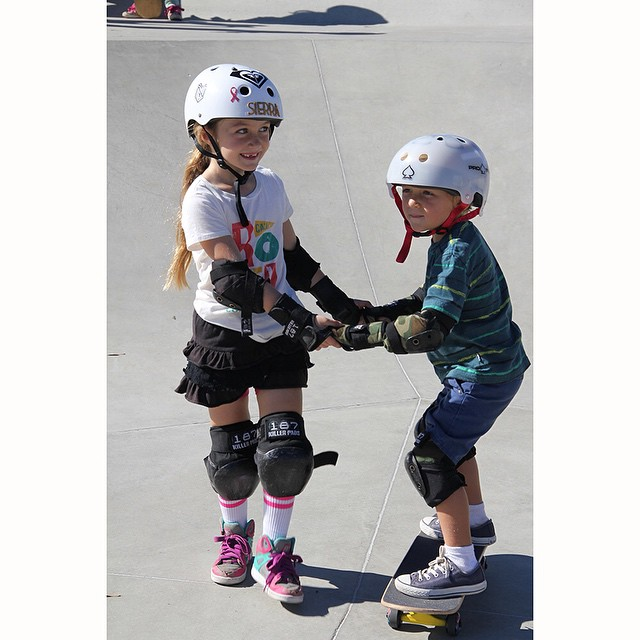 The Learn-to-Skate with @xshelmets clinics at #EXPOSURE2014 were incredible! So many participants and so many smiles. On the left is @sierrakerr passing on the stoke.