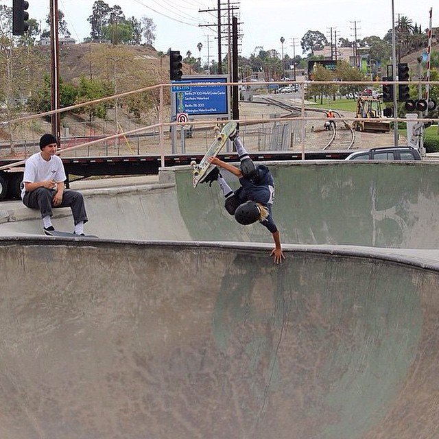 @coopersk8burrows showing @ronniesandoval_nfc what he has learned! #oftenfoundupsidedown #bulthelmets #bult #bultteam #skateboard #skate #channelstreet #stackingclips