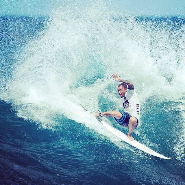 @raonimonteirooficial ripping at the Reef Hawaiian Pro