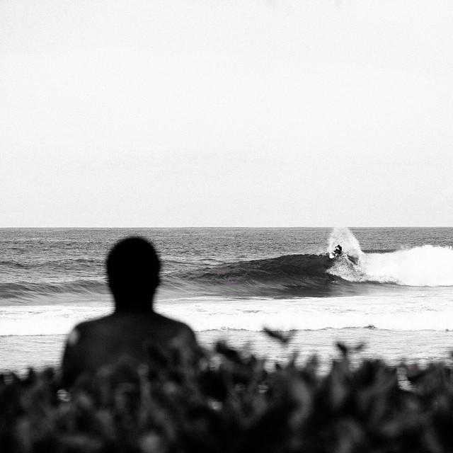 A lo lejos, @tomashermes surfeando en la #VansTripleCrownOfSurfing