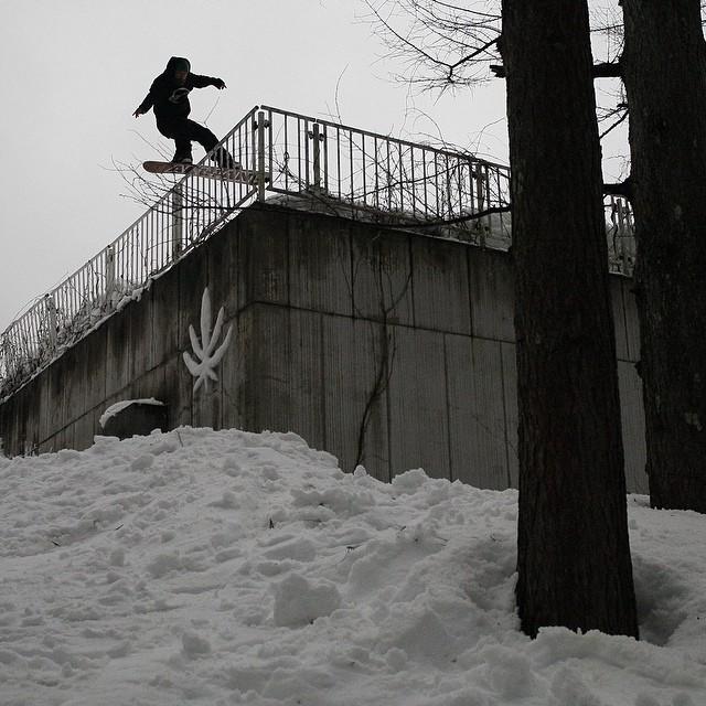 GO TO the @snowboardermag website snowboarder.com or hit the link in the Flux Insta profile and watch the full length Japan episode of Flux Binding's videos series, Snowboarding to Music. The vid features @yumaabe  @sababa_life @scottyvine @erikleon_...
