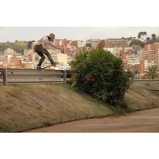 Frontside bluntslide de @renatodonadei en Montbau, Barcelona #skate #vans
