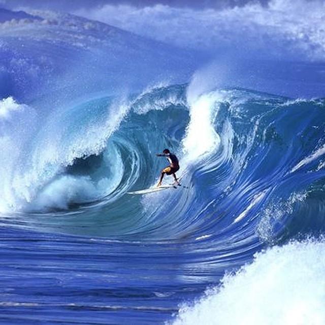 #juevesdeRefOlas Waimea-Hawai Con fondo que mezcla arrecifes de corales, piedras y arena, la bahía de Waimea, en la isla de Oahu, fue el primer pico de surf y a volverse famoso por sus olas gigantes. Aconsejado solamente para los surfistas con más...