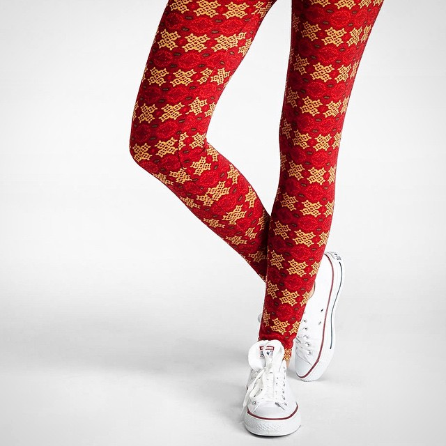 Red hot on this chilly night. Shop #blackfriday #sale today and stock up. #winter #style #musthave #leggings #prints #snowflakes #nordic #prints #comfy #saturdaynight