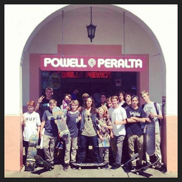 El skater del año @DavidGonzalez en el Powell Peralta Shop de Santa Barbara rodeado de fans.
