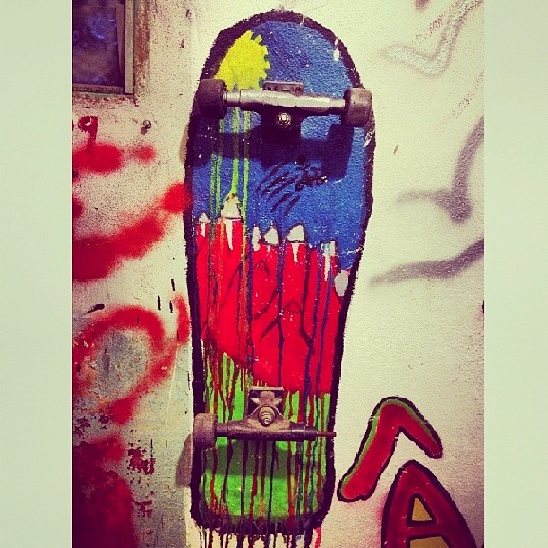 Buena! @dariomattarollo interviniendo con arte  #kekeresskateshop